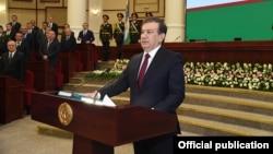 Shavkat Mirziyoyev prezident sifatida qasamyod keltirmoqda