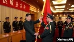 中国国家主席习近平(左前)在北京举行的中国人民解放军战区成立大会上向五大战区授予军旗。(2016年2月1日)