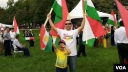 Kurd Said Siso, 34, rallies with his five-year-old son in support of a Sept. 25 independence referendum in Iraqi Kurdistan, in Washington, D.C., Sept. 17, 2017. (P. Vohra/VOA)