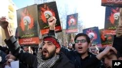 Manifestants iraniens protestant contre l'exécution par l'Arabie saoudite de l'opposant et chef religieux shiite Sheikh Nimr al-Nimr, Téhéran, Iran, le 3 janvier 2016. (AP Photo/Vahid Salemi)