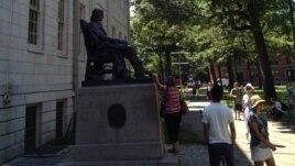 Tượng Mục sư John Harvard tại Harvard Yard