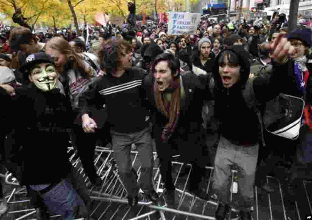 Демонстранти ги прескокнуваат полициските барикади. (AP Photo/Seth Wenig)