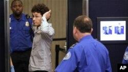 미국 각 공항들의 보안검색이 강화된 가운데 보스톤 로건 국제공항에서 한 승객이 보안요원으로부터 전신스캐너를 통한 보안검색을 받고있다.