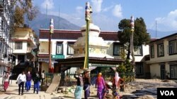"""印度达拉萨拉县的麦克里欧甘吉,达赖喇嘛及""""藏人行政中央""""所在地。(美国之音朱诺拍摄,2016年11月7日)"""