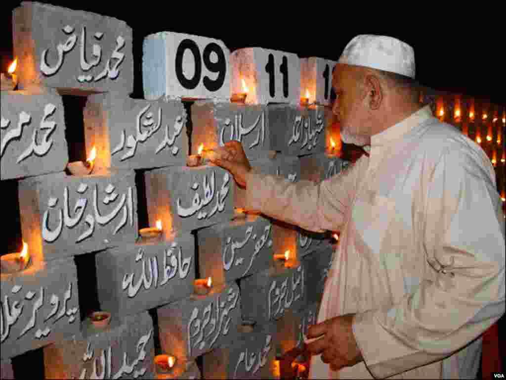 فیکٹری آتش زدگی میں ہلاک ہونے والے 255 افراد میں سے کئی کے لواحقین نے دوسری برسی کی تقریب میں شمعیں روشن کیں
