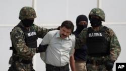 2月22日古兹曼被墨西哥海军陆战队员押送上直升机