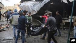Một thi thể được đưa đi sau vụ đánh bom nhắm vào một khu chợ đông đúc ở Baghdad ở khu al-Sinek, Iraq, ngày 31 tháng 12, 2016.