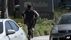 在舊金山附近的社交視頻網站YouTube總部園區發生槍擊案後警察迅速跑向現場