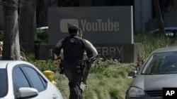 Saraakiil Boolis oo u sii ordaya xarunta YouTube ee San Bruno, California, April 3, 2018.