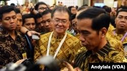 Presiden Jokowi menjawab pers di Jakarta Convention Center, Jakarta, 12 Februari 2015 (Foto: VOA/Andylala)