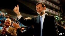 Ứng cử viên tổng thống Đảng Nhân Dân trung hữu Mariano Rajoy chào những người ủng hộ ông, Thứ Sáu 17/11/2011
