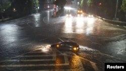 台风兰恩带来的强降雨使名古屋的街道上满是积水。(2017年10月22日)