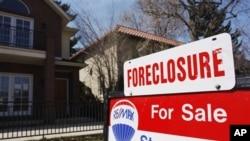 Una casa hipoteca por un banco es puesta a la venta en Denver.