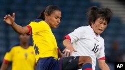 25일 런던 올림픽 북한 여자축구 콜롬비아 전에서 켈리스 페두진(왼쪽)과 공을 다투는 북한의 김성희 선수. 이 날 혼자 2골을 넣으며 승리의 주역이 됐다.