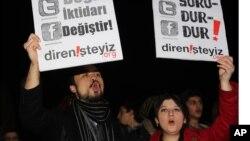 "Demonstran membawa plakat bertuliskan ""Stop Penyensoran"" dalam protes melawan RUU yang akan memungkinkan pemblokiran internet, di Ankara, Turki. (Foto: Dok)"