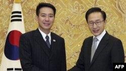 Tổng thống Nam Triều Tiên Myung-bak (phải) bắt tay với Ngoại trưởng Nhật Seiji Maehara trong một cuộc họp tại dinh tổng tổng ở Seoul, ngày 15 tháng 1, 2011