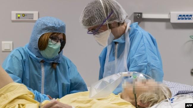 Bác sĩ điều trị cho bệnh nhân COVID-19 ở Bệnh viện Louis Pasteur, Pháp, ngày 26/3/20.