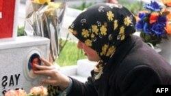 Cô gái Thổ Nhĩ Kỳ thăm mộ người anh, một binh sĩ tử trận trong trận giao tranh với nhóm nổi dậy người Kurd