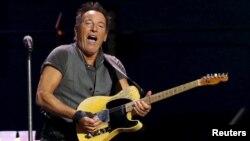 ທ່ານ Bruce Springsteen ສະແດງຄອນເສີດ ໃນລະຫວ່າງ ການເດີນທາງສະແດງ The River Tour ທີ່ສະໜາມກິລາ LA Memorial Sports Arena ໃນນະຄອນ Los Angeles, ລັດ California, 17 ມີນາ, 2016.