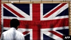 """Британский флаг с надписью """"Нас не запугать"""" был вывешен на одной из улиц Лондона сразу после терактов 7 июля 2005 года."""
