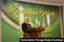 Menteri Tenaga Kerja Ida Fauziah berbicara dalam penyerahan bantuan sembako kepada perwakilan serikat pekerja/buruh dan pegawai Kemnaker, Jakarta, Rabu, 20 Mei 2020. (Foto: Kemnaker)