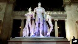 Las estatuas de Batman y Superman, a la entrada del Museo Metropolitano de Arte durante una muestra promovida por Giorgio Armani en 2008.