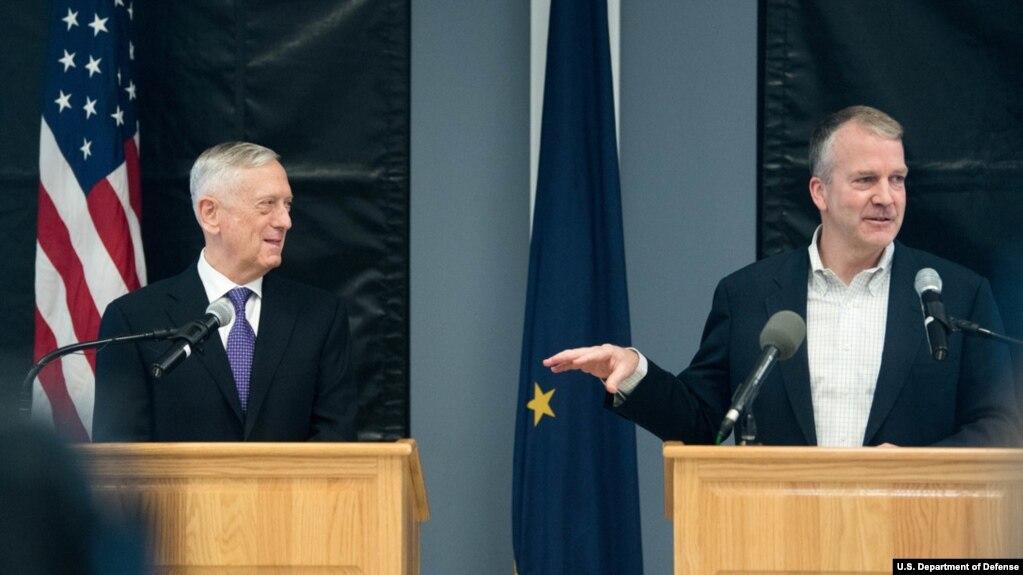 美國國防部長詹姆斯·馬蒂斯和參議院軍事委員會成員、參議員丹·沙利文2018年6月24日在阿拉斯加州費爾班克斯舉行聯合新聞發布會。