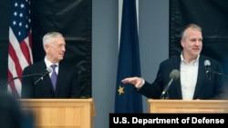 美国国防部长詹姆斯·马蒂斯和参议院军事委员会成员、参议员丹·沙利文2018年6月24日在阿拉斯加州费尔班克斯举行联合新闻发布会。