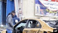 23일 이라크 바그다드 시내에서 폭탄테러를 당한 차량.