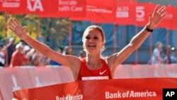 Pelari Rusia Lilya Shobukhova, of Russia, merayakan kemenangannya dalam Maraton Chicago 2011. (AP/Nam Y. Huh)