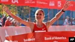En el film se acusa a la maratonista Liliya Shobukhova de haber pagado $550 mil dólares a la agencia rusa de atletismo para encubrir un caso de dopaje.