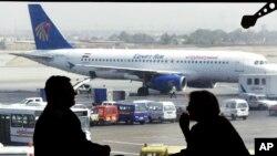"""Sebuah pesawat maskapai """"Egyptair"""" milik Mesir di bandara Kairo (foto: dok). Rusia melarang pesawat maskapai penerbangan nasional Mesir terbang ke Rusia."""