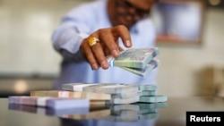 Seorang petugas tengah menghitung rupiah di kantor pusat Bank Indonesia di Jakarta (Foto: dok).