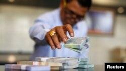 Petugas Bank Indonesia menghitung uang rupiah di kantor pusat di Jakarta, Oktober 2014.