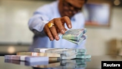 Seorang teller di Bank Indonesia menghitung lembaran uang Rupiah di kantor pusat, Jakarta (Foto: dok). Pemerintah meminta agar masyarakat tidak panik menghadapi pelemahan nilai tukar rupiah.