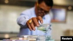 Seorang pegawai Bank Indonesia menghitung uang rupiah di kantor pusat di Jakarta. (Foto: Dok)