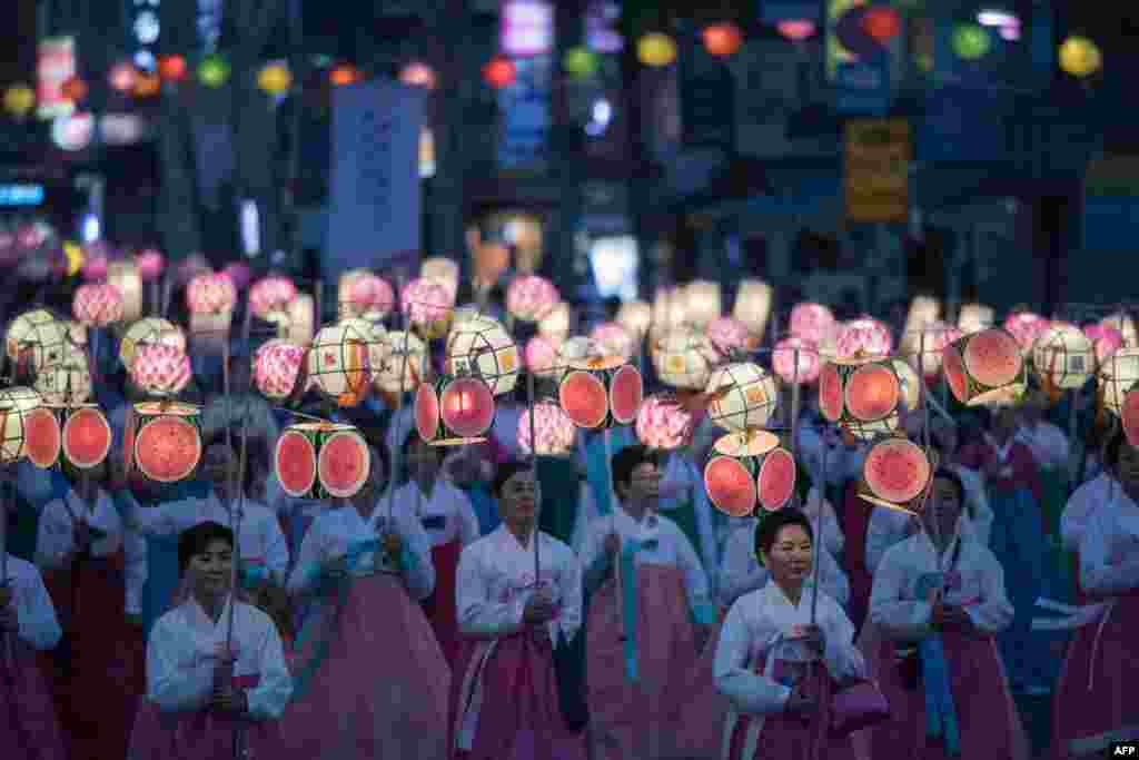 អ្នកចូលរួមដើរក្បួនក្នុងពិធីដើរក្បួនគោម សម្រាប់ប្រារព្ធពិធី Lotus Lantern Festival ដើម្បអបអរដល់ថ្ងៃព្រះពុទ្ធប្រសូត្រនាពេលខាងមុខ ក្នុងក្រុងសេអ៊ូល ប្រទេសកូរ៉េខាងត្បូង កាលពីថ្ងៃទី២៩ ខែមេសា ឆ្នាំ២០១៧។