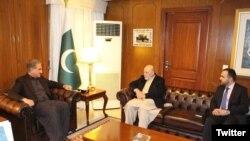 د پاکستان د سفر په مهال عمردادزي د پاکستان خارجه وزیر شاه محمود قریشي سره ولیدل