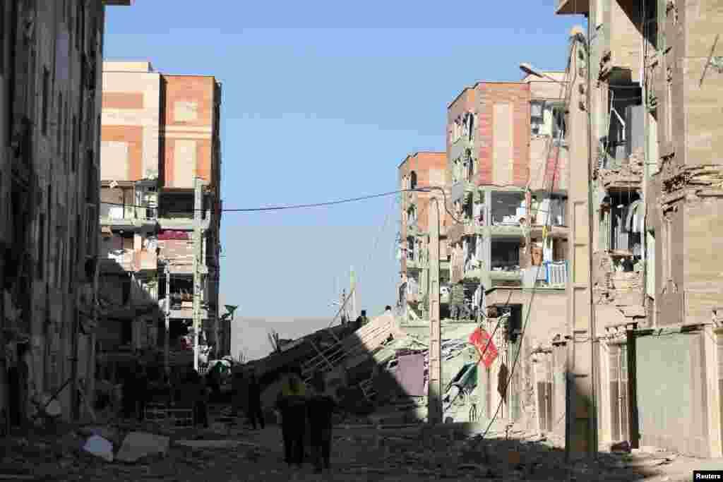 Des bâtiments ont été endommagés à la suite d'un tremblement de terre dans le comté de Sarpol-e Zahab à Kermanshah, en Iran, le 13 novembre 2017.