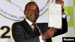 Uhuru Kenyatta memenangkan Pilpres Kenya, namun masih harus menghadapi dakwaan kejahatan perang dari ICC (foto: dok).