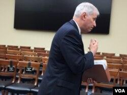 美联邦存款保险公司主席古伦伯格在听证会结束后离开会场 (美国之音莉雅拍摄)
