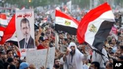 Nan Lejip, patizan prezidan ranvèse a, Mohamed Morsi, mande pèp la mache sou kazèn lame a ak Depatman Defans la lendi 29 jiyè 2013 la, pandan yo kontinye denonse gouvènman pwovizwa a.