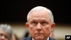 Minsi Jistis ameriken an, Jeff Sessions, ki tap tande yon kesyon pandan li te devan Komisyon Afè Jidirik Chanm Bas la nan Washington, D.C., madi 14 novanm 2017 la.