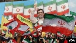 Puluhan ribu pendukung Hezbollah melambaikan bendera Lebanon bersama bendera Iran dan poster Ahmadinejad, saat mendengarkan pidato Presiden Mahmoud Ahmadinejad di Lebanon Selatan, dekat perbatasan Israel.