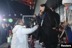 南韓總統文在寅在冬季奧運會上和北韓實際領導人金正恩的妹妹、北韓勞動黨中央委員會第一副部長金與正握手。
