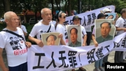 2018年8月6日,人們在中國廣東省深圳市坪山區燕子嶺派出所外示威,手持標語,支持佳士工廠工人。