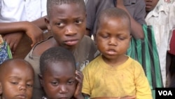 Children wait to be treated at a roadside UNICEF clinic, in Kananga, Democratic Republic of Congo. (A. Powell/VOA)
