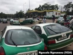 Voitures et automobilstes devant la station service de la pette d'Oie à Brazzaville, le 14 avril 2017. (VOA/Ngouela Ngoussou)