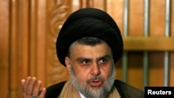 Moqtada al-Sadr prend la parole lors d'une conférence de presse à Najaf, en Irak, le 17 mai 2018.