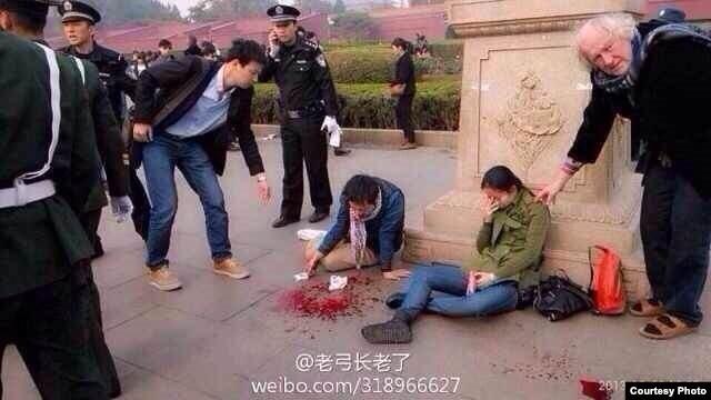 天安门遭车撞击 致5死38人受伤(图片来自微博网友)
